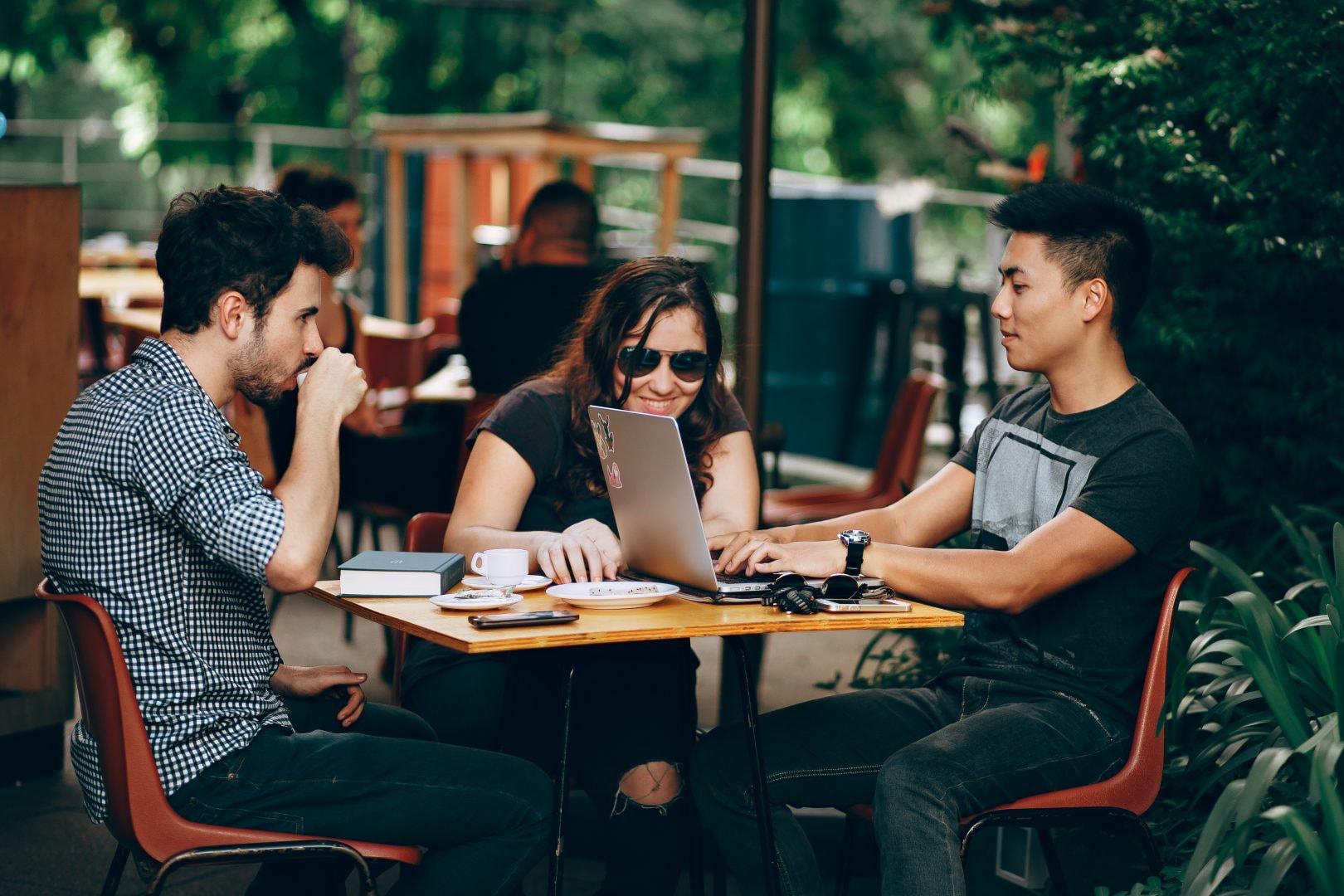 Groupe d'étudiants qui travaille ensemble